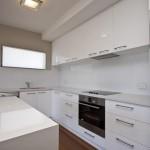 baltas blizgus kampu - virtuves baldai