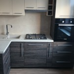 virtuvės baldų gamyba - tamsus korpusas su šviesiu stalviršiu